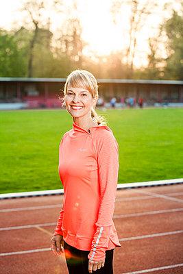 Sportliche Frau - p904m1031368 von Stefanie Päffgen
