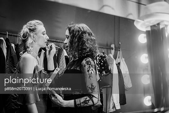 Schminken im Theater - p858m2073391 von Lucja Romanowska