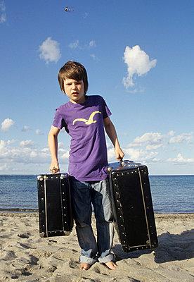 Junge an der Ostsee mit Koffer - p0452156 von Jasmin Sander