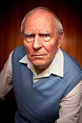 Älterer Mann mürrisch - p1092m1108885 von Rolf Driesen