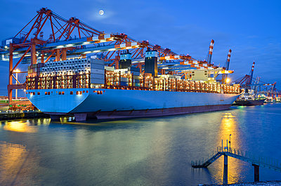 Germany, Hamburg, container ship at terminal in the morning - p300m1228330 by Roy Jankowski