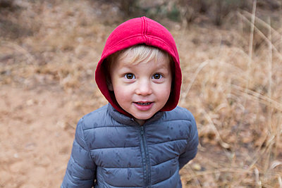 Blonde boy with hooded jacket - p756m1461731 by Bénédicte Lassalle
