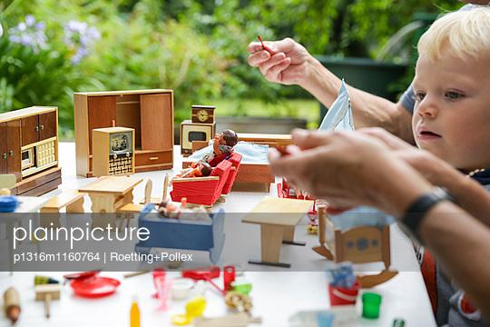 Junge spielt mit einem Puppenhaus, Freital, Sachsen, Deutschland - p1316m1160764 von Roetting+Pollex