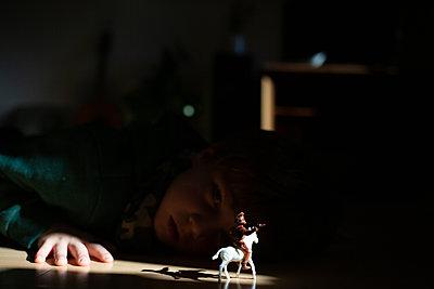 Kind mit Spielfigur - p1308m2245301 von felice douglas