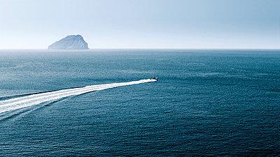 Motorboot auf dem Meer - p911m945319 von Émile Zwaltek