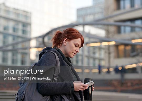 Frau auf dem Arbeitsweg - p1124m1216799 von Willing-Holtz