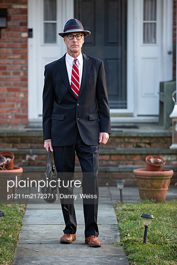 Businessman in front of his home - p1211m2172371 by Danny Weiss