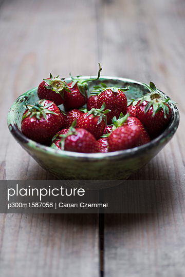 Bowl of organic strawberries - p300m1587058 von Canan Czemmel