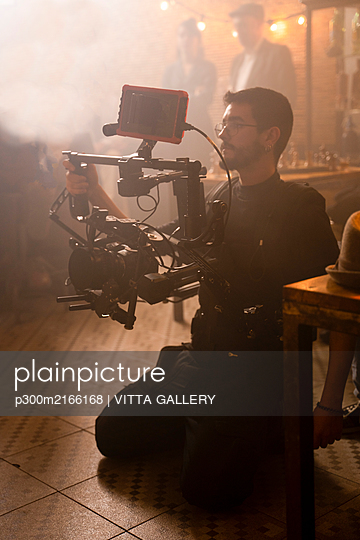 Cameraman at work on movie set - p300m2166168 by VITTA GALLERY