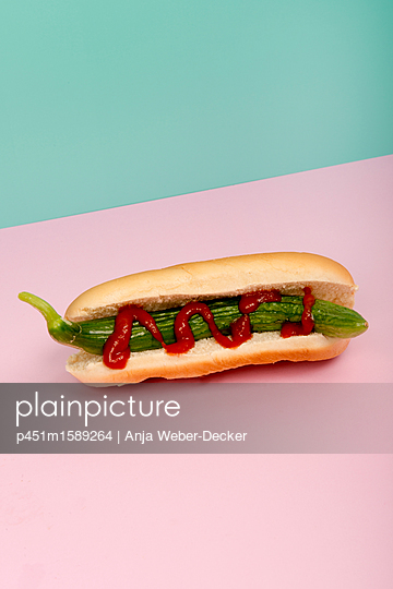 Gurken Hotdog - p451m1589264 von Anja Weber-Decker