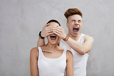 Portrait of screaming young couple wearing vests - p300m2083273 by Jo Kirchherr
