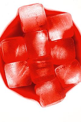 Rote Eiswürfel  - p450m1066477 von Hanka Steidle