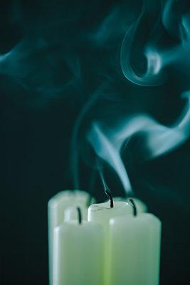 Rauch steigt von erloschenen Kerzen auf - p586m1091033 von Kniel Synnatzschke