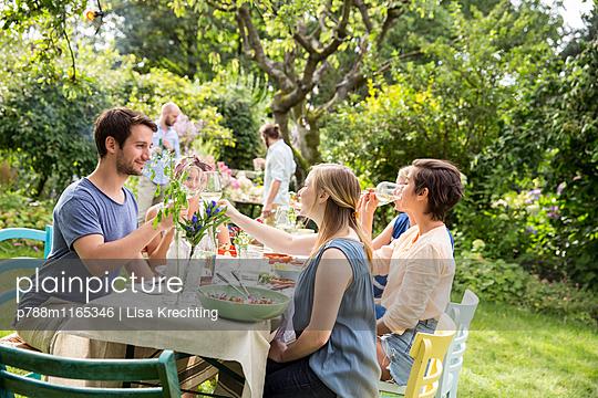 Freunde auf einer Gartenparty - p788m1165346 von Lisa Krechting