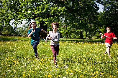 Kinder rennen durch den Jenischpark - p1195m1138131 von Kathrin Brunnhofer