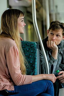 Junges Paar im Gespräch in der Bahn - p1212m1138815 von harry + lidy