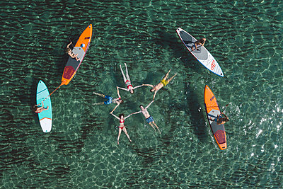 Young people have fun stand up paddling - p1437m2283290 by Achim Bunz