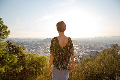 Frau blickt auf Athen - p432m1511000 von mia takahara