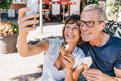 Mature couple takes a selfie while eating ice cream - p586m1171835 by Kniel Synnatzschke