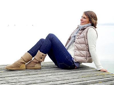 Frau sitzt auf einem Steg  - p6430074 von senior images