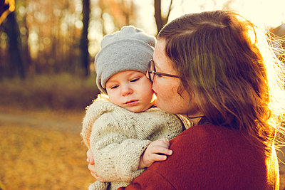 Herbstspaziergang, Mutter mit Kind - p904m1193453 von Stefanie Päffgen