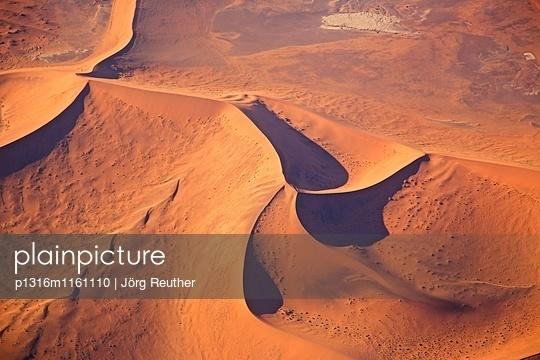 Luftaufnahme von einer Sterndüne in der Wüste Namib, Namibia - p1316m1161110 von Jörg Reuther