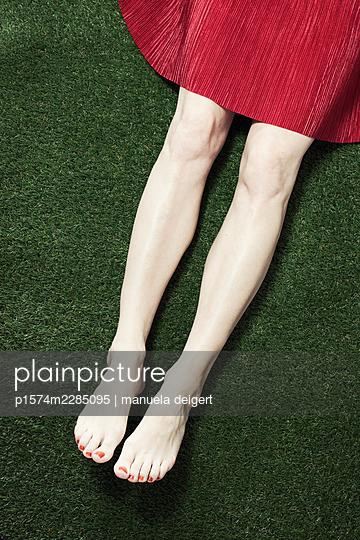 Women's legs on artificial turf - p1574m2285095 by manuela deigert