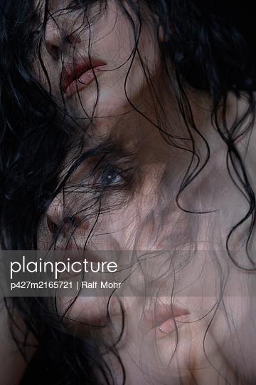 Young sad woman, portrait - p427m2165721 by Ralf Mohr