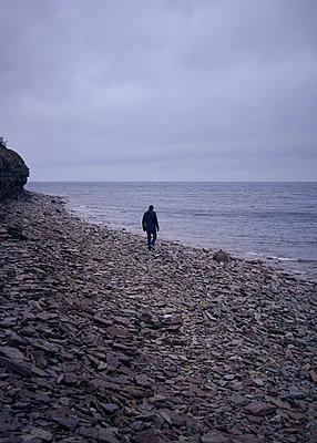 Mann läuft am Strand - p1124m1193531 von Willing-Holtz