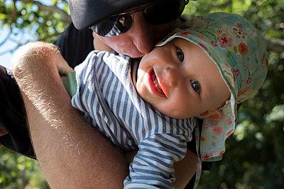 Kuss für die Tochter - p116m1465837 von Gianna Schade