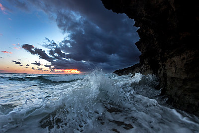 Wave crashing on ocean cliff at sunset, Oahu, Hawaii Islands, USA - p343m1569081 by Sean Davey