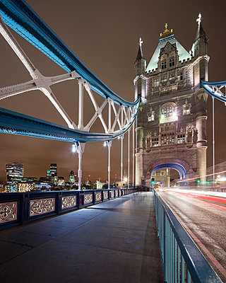 UK, England, London, Pedestrian walkway of Tower Bridge at night - p352m1126845f by Gustaf Emanuelsson