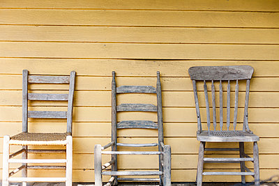 Old chairs in a row - p756m1042733 by Bénédicte Lassalle