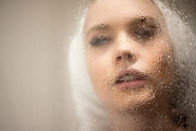 Junge Frau in der Dusche - p930m2064051 von Ignatio Bravo