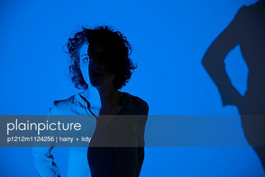 Junge Frau steht in der Projektion - p1212m1124256 von harry + lidy