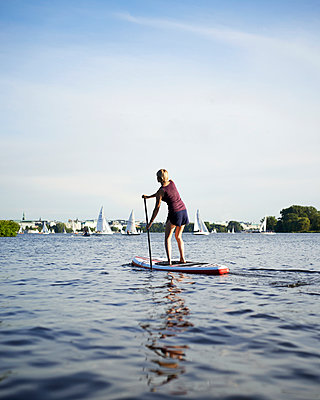 Stand Up Paddle in Hamburg - p1124m912491 von Willing-Holtz
