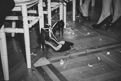 Schuhe nach einer durchtanzten Nacht  - p1345m2055627 von Alexandra Kern