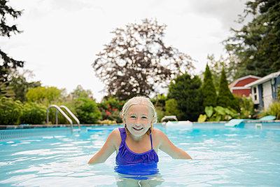 Caucasian girl in swimming pool - p555m1421671 by JGI/Jamie Grill