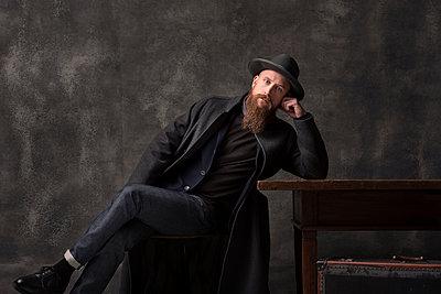 Man with hat, portrait - p947m2175987 by Cristopher Civitillo