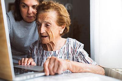 elderly woman with hearing problems using technology at home, Madrid / Spain - p300m2300071 von Jose Carlos Ichiro