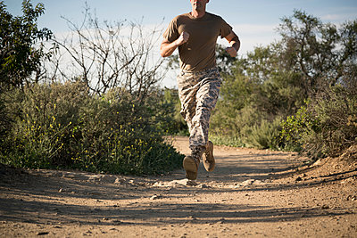 Soldier wearing combat clothing running, Runyon Canyon, Los Angeles, California, USA - p924m1422794 by Raphye Alexius