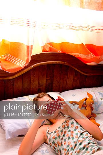 Jugendliche mit ihrem Handy - p1116m1217072 von Ilka Kramer