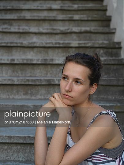 Brunette woman resting head on hands - p1376m2107359 by Melanie Haberkorn