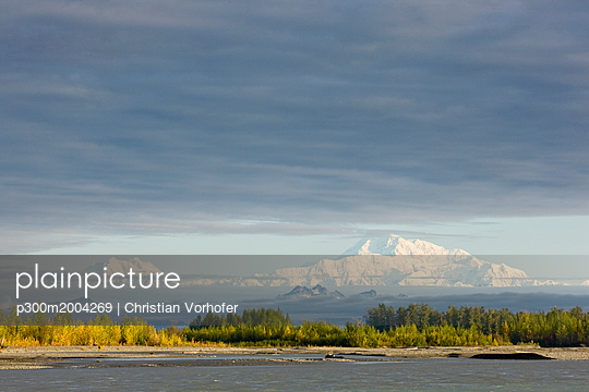 USA, Alaska, Mt. McKinley seen from Denali Road in autumn - p300m2004269 von Christian Vorhofer