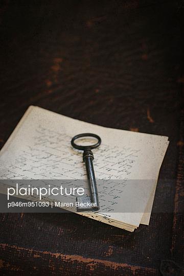 Schlüssel auf einem Stapel alter Briefe - p946m951093 von Maren Becker