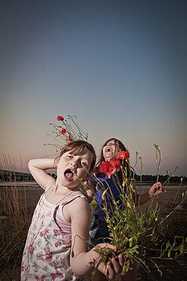 Kinder mit Mohnblumen - p1402m2098814 von Jerome Paressant