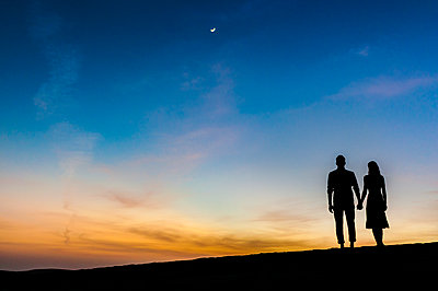 Couple at sunset in the dunes, Gran Canaria, Spain - p300m2197904 by Daniel Ingold