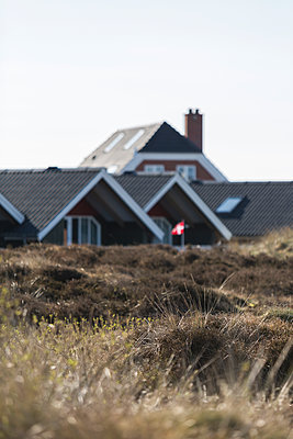 Denmark, Romo, Grass in front of summer houses - p300m2273625 by Anke Scheibe