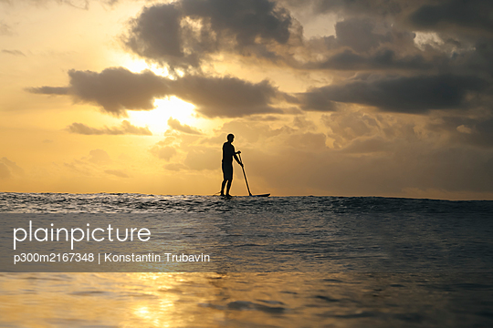 Sup surfer at sunset, Bali, Indonesia - p300m2167348 by Konstantin Trubavin