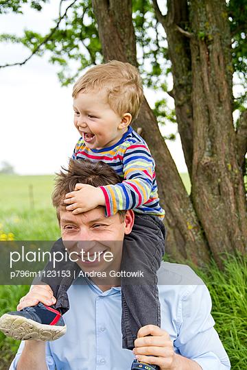 Papa und Sohn - p796m1123153 von Andrea Gottowik